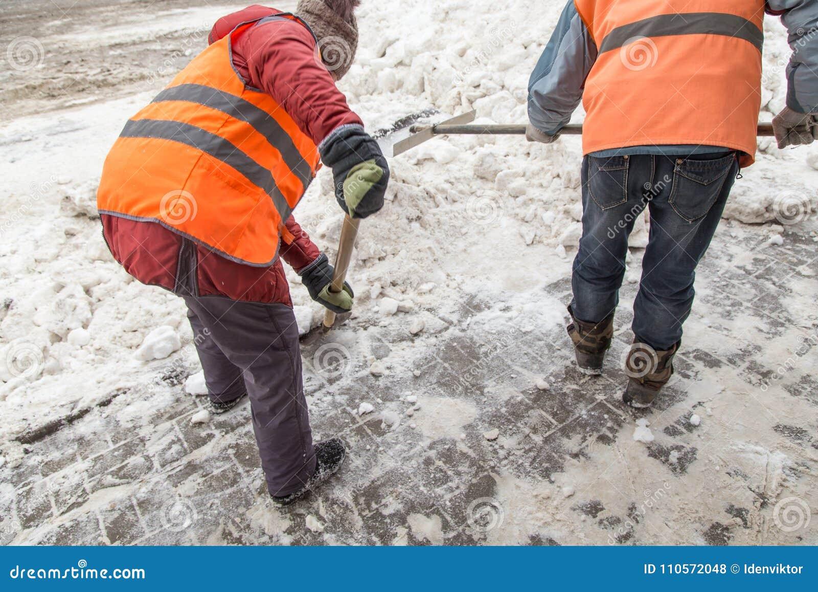 Folk som skyfflar snö efter ett tungt snöfall