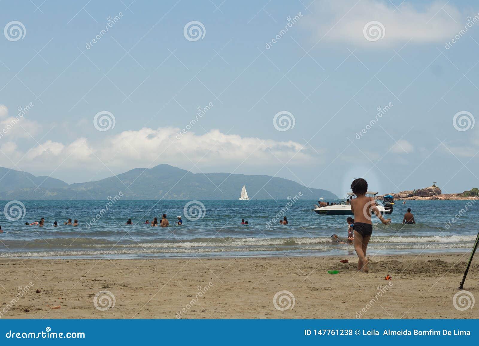 Folk som spelar i stranden