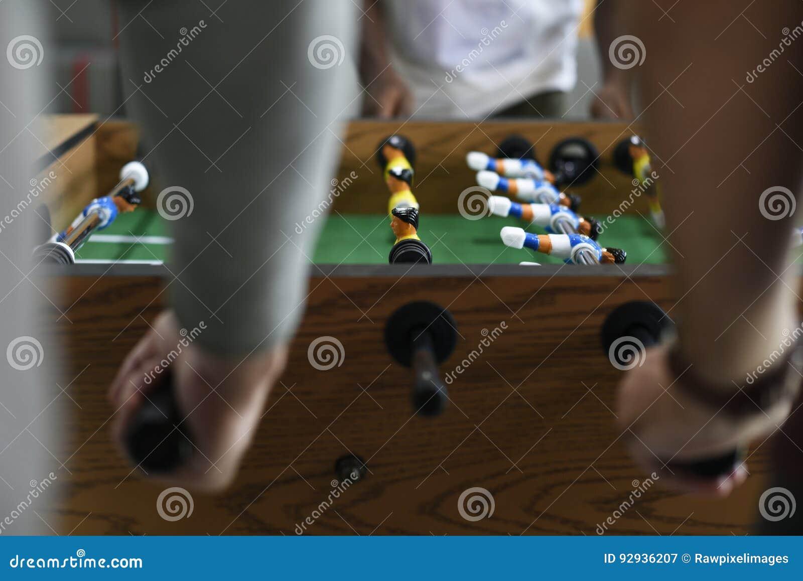 Folk som spelar tycka om rekreation Le för lek för fotbolltabellfotboll
