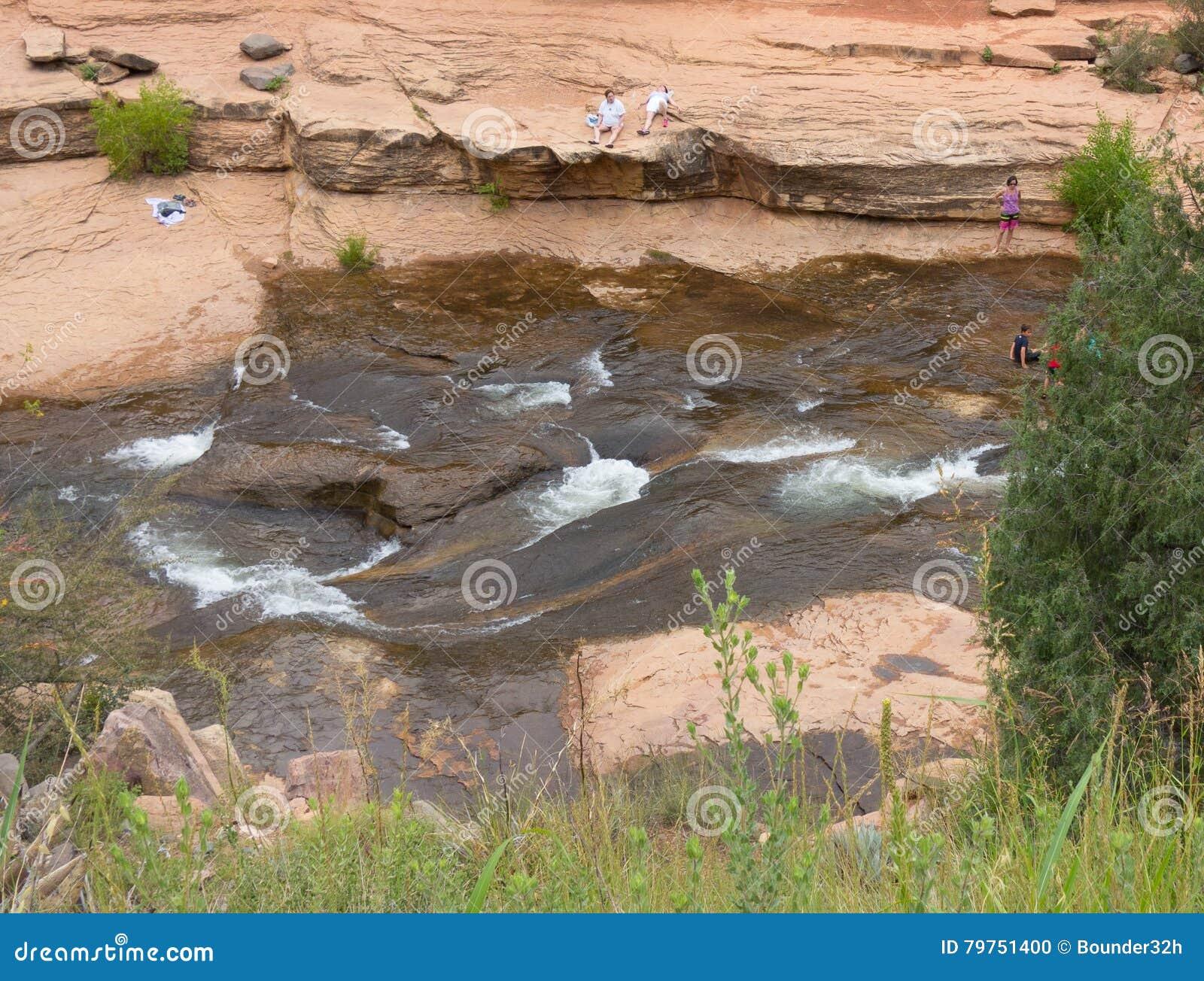 Folk som tycker om en populär badningfläck i arizona