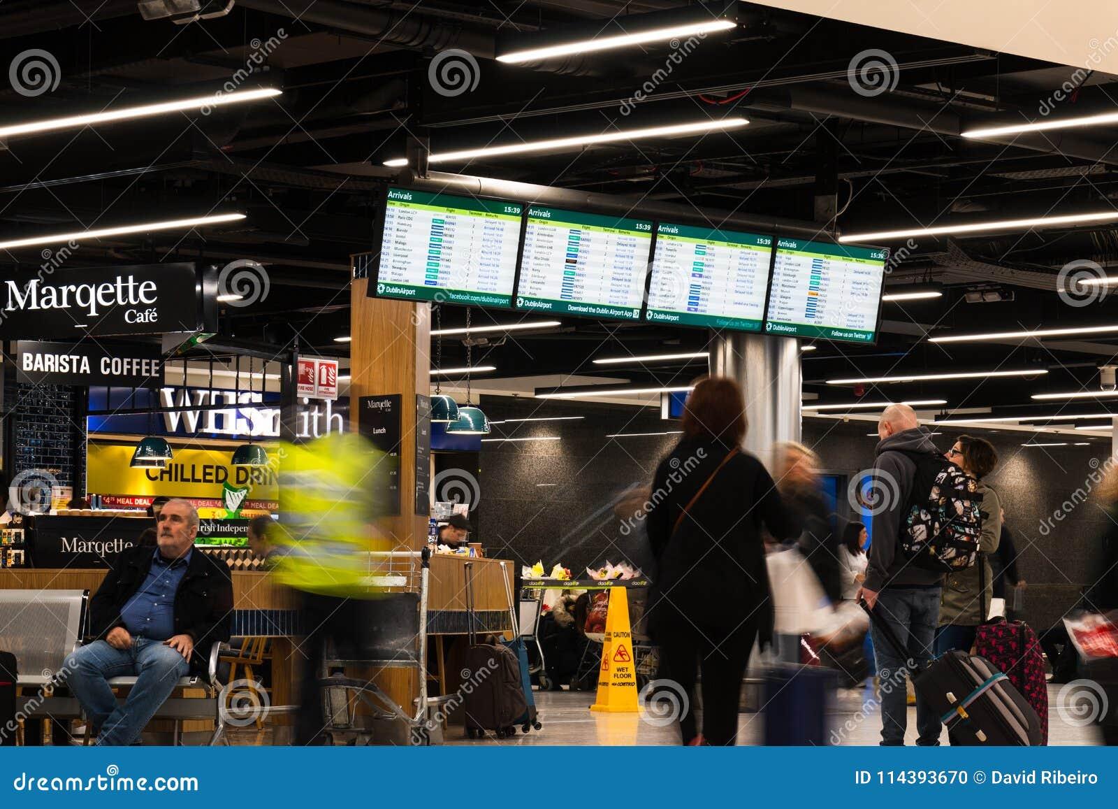 Folk som väntar på ankomster för terminal 1 i den Dublin flygplatsen