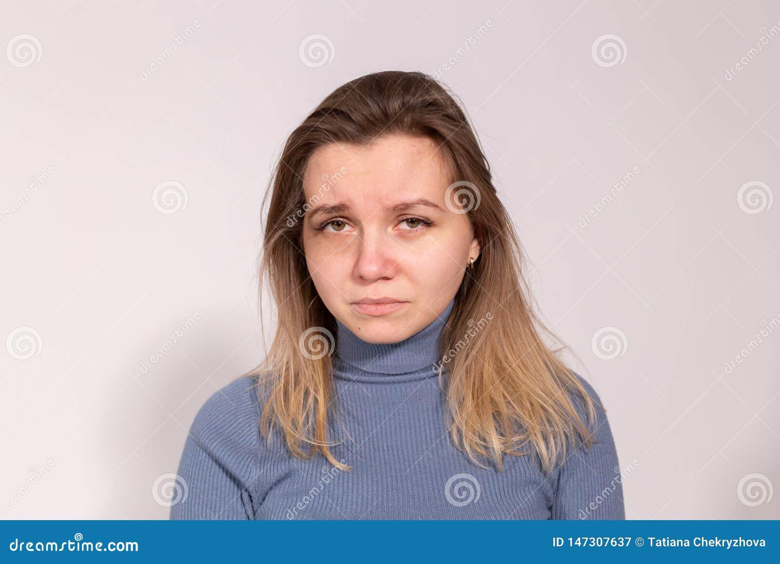 Folk, våld och missbrukbegrepp - närbildstående av att gråta kvinnan med suddig mascara