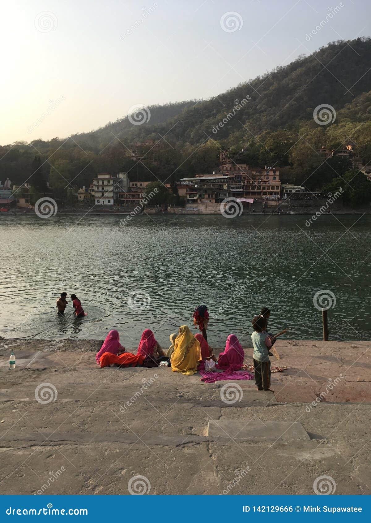 Folk vid banken av den Ganga floden