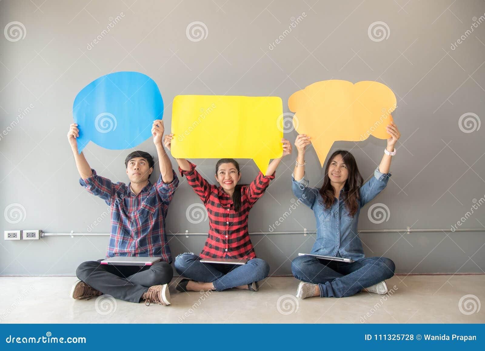 Folkasiatet av ungt och vuxet folk granskar symbolen för bedömninganalysåterkoppling
