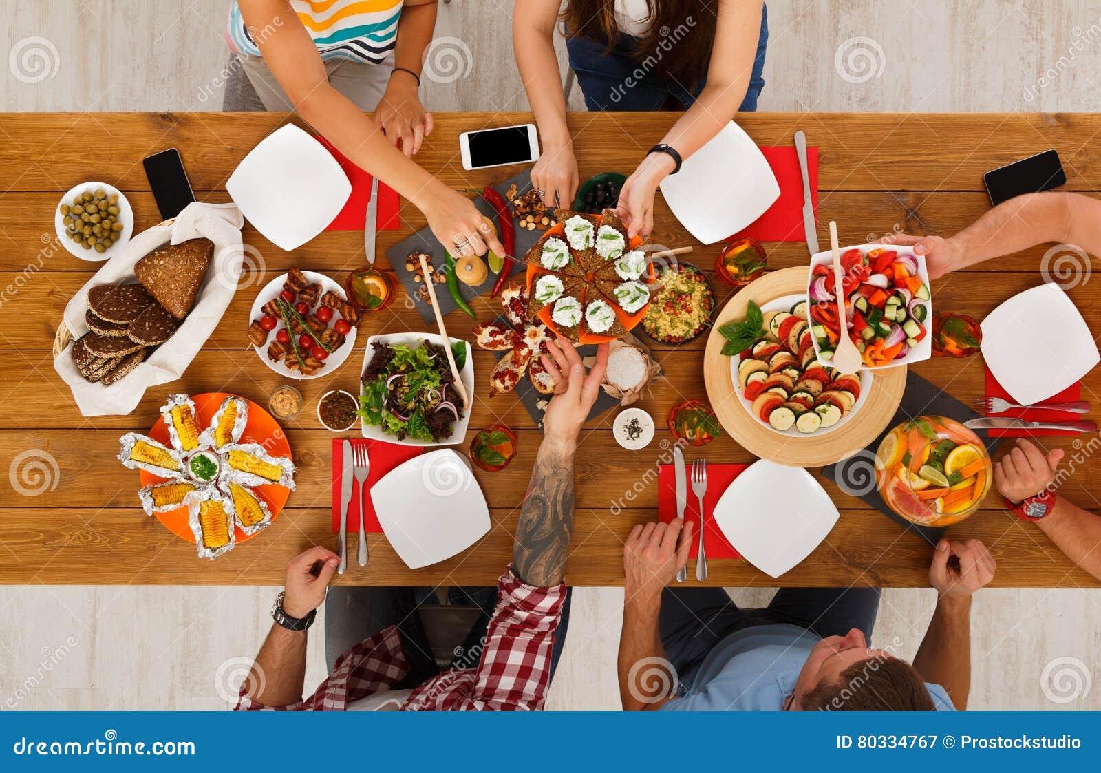 Folket äter sunda mål på det tjänade som tabellmatställepartiet