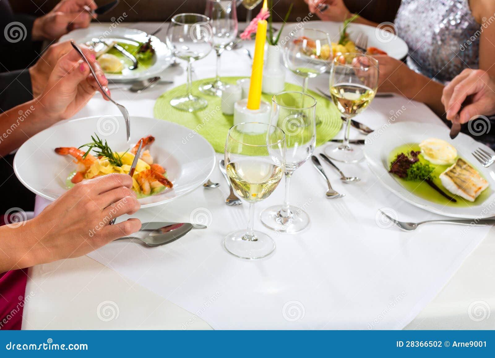 Folket bötfäller att äta middag i elegant restaurang