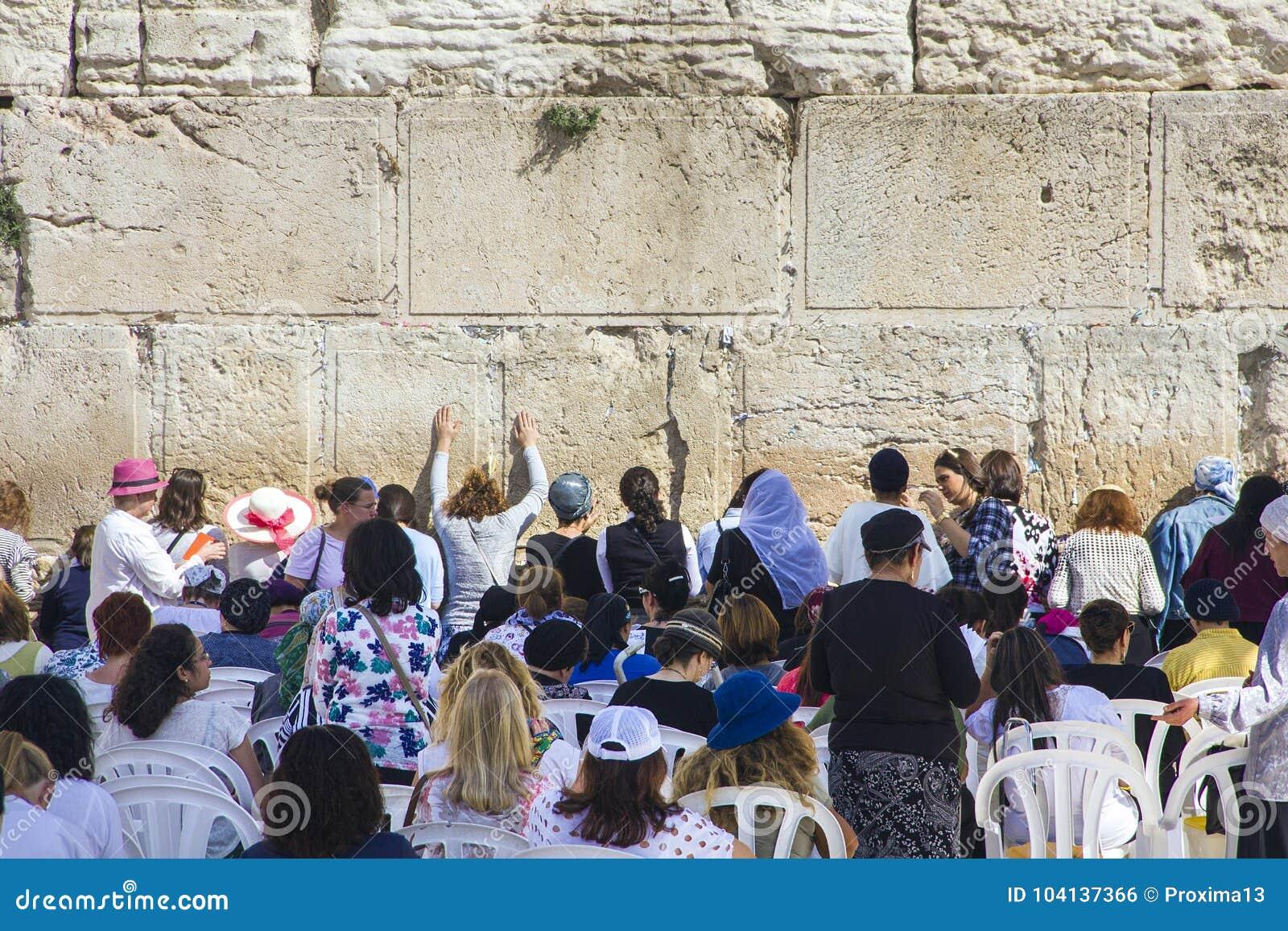 Folket ber den västra väggen, att jämra sig vägg, eller Kotel stället av att gråta är en forntida kalksten