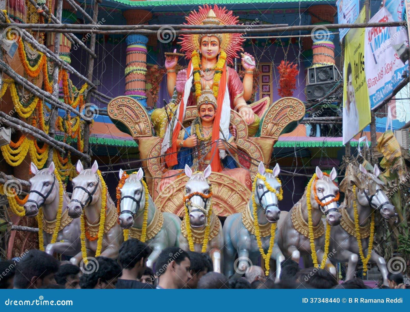 Folket ber till bhagavan Surya