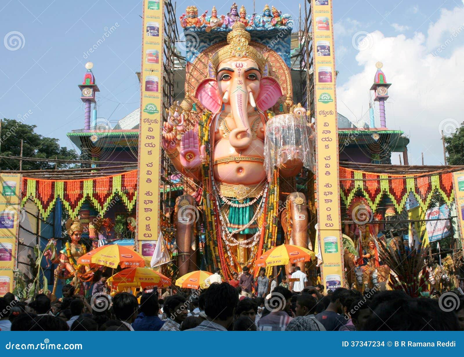 Folket ber till 58 fot den höga Lord Ganesh förebilden, på Khairatabad, HHyderabad, Indien