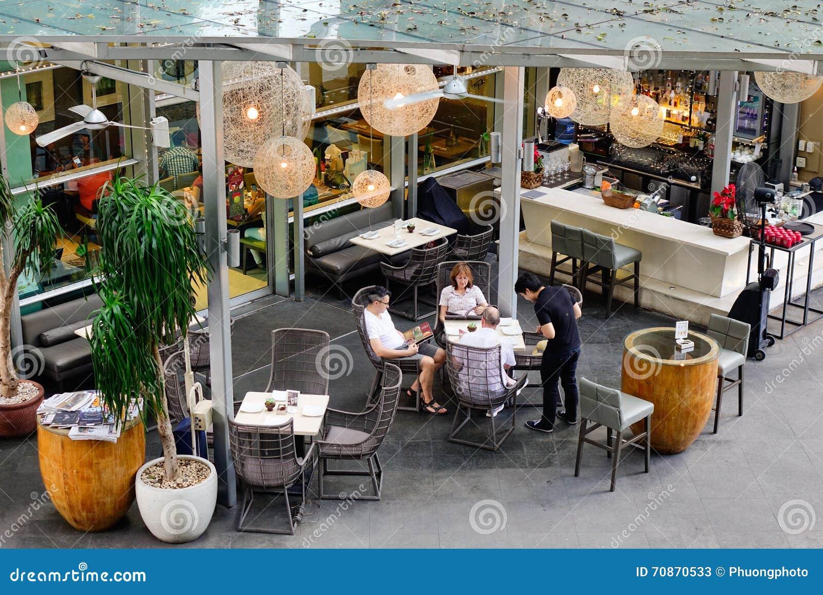 Folket dricker kaffe på Makati i Manila, Filippinerna