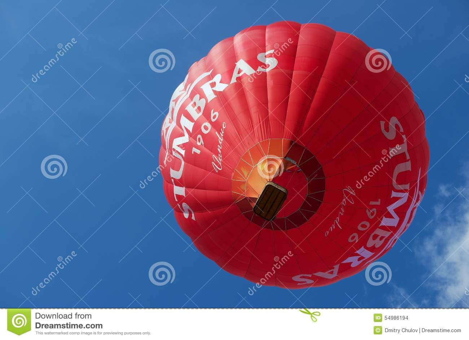 Folket flyger med ballongen för varm luft i Vilnius, Litauen