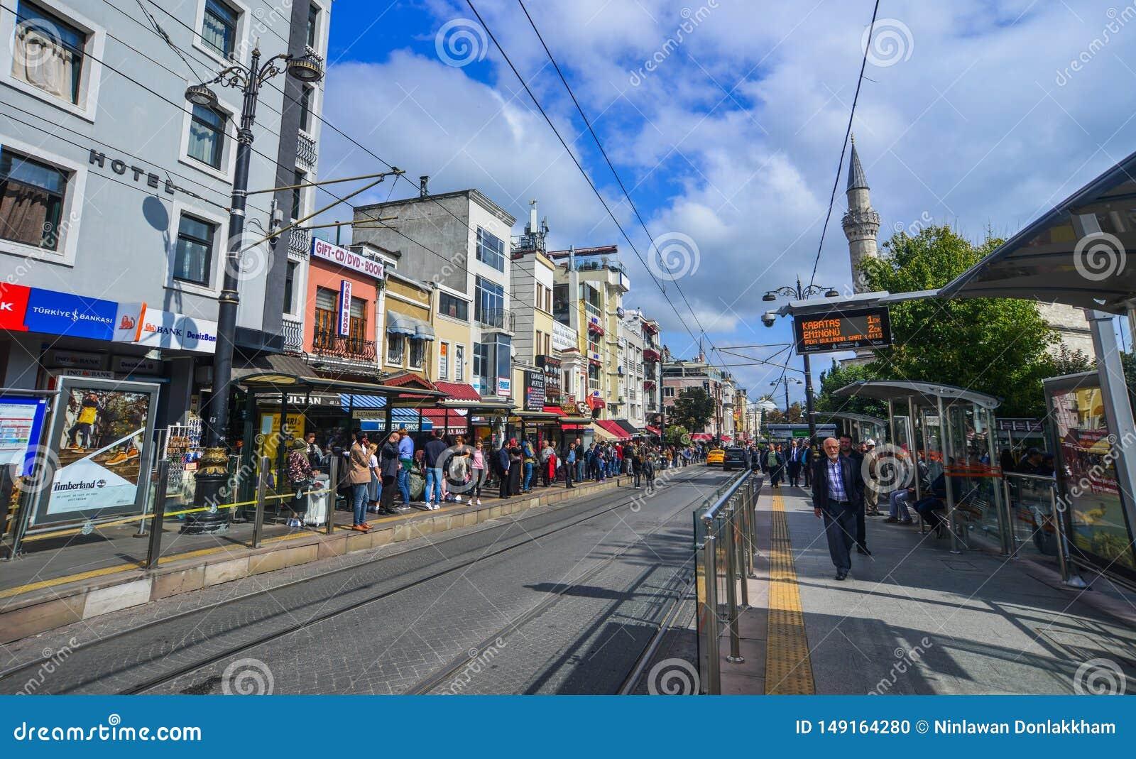 Folket går på den Istiklal gatan