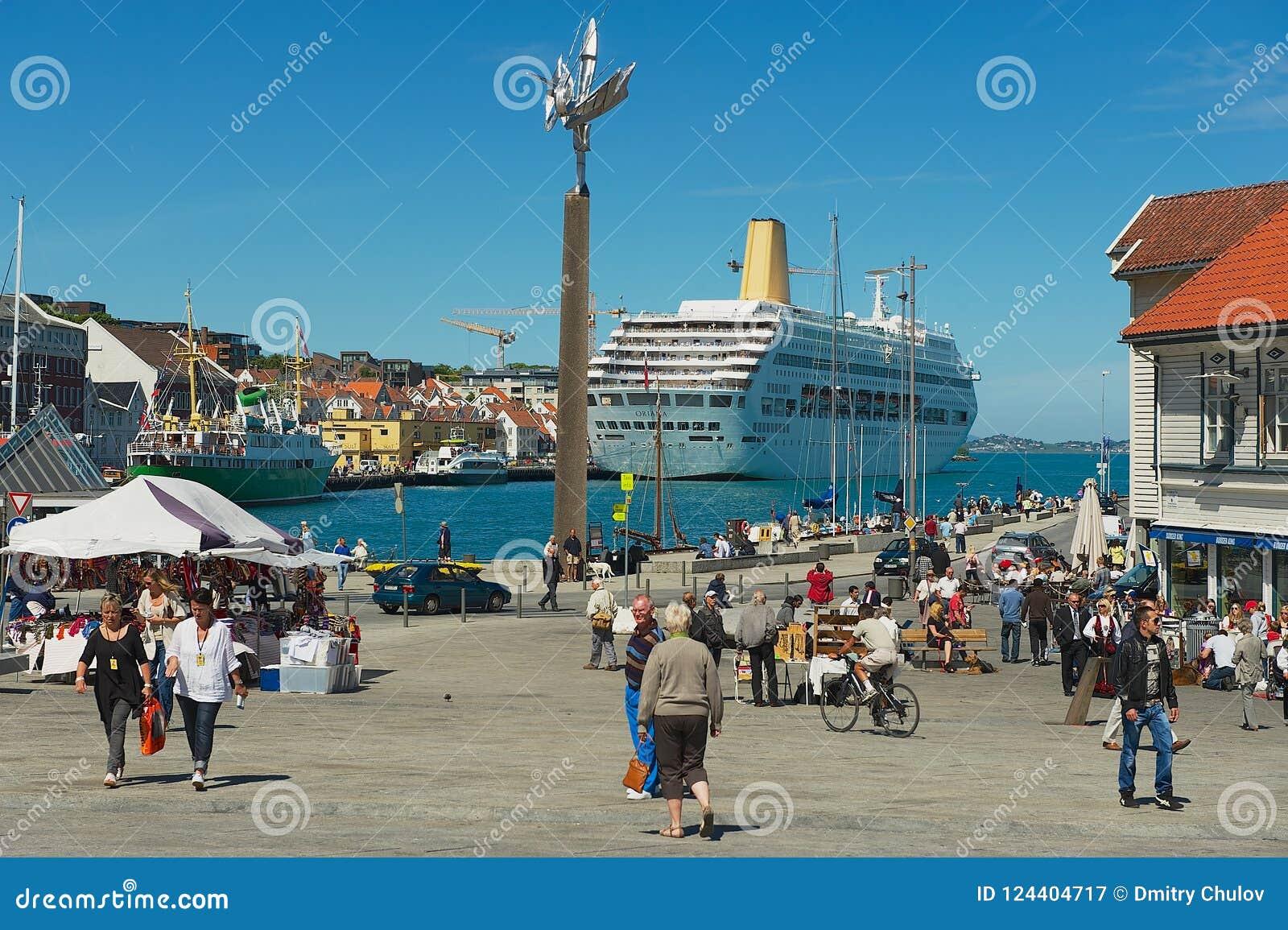 Folket går vid sjösidagatan i Stavanger, Norge
