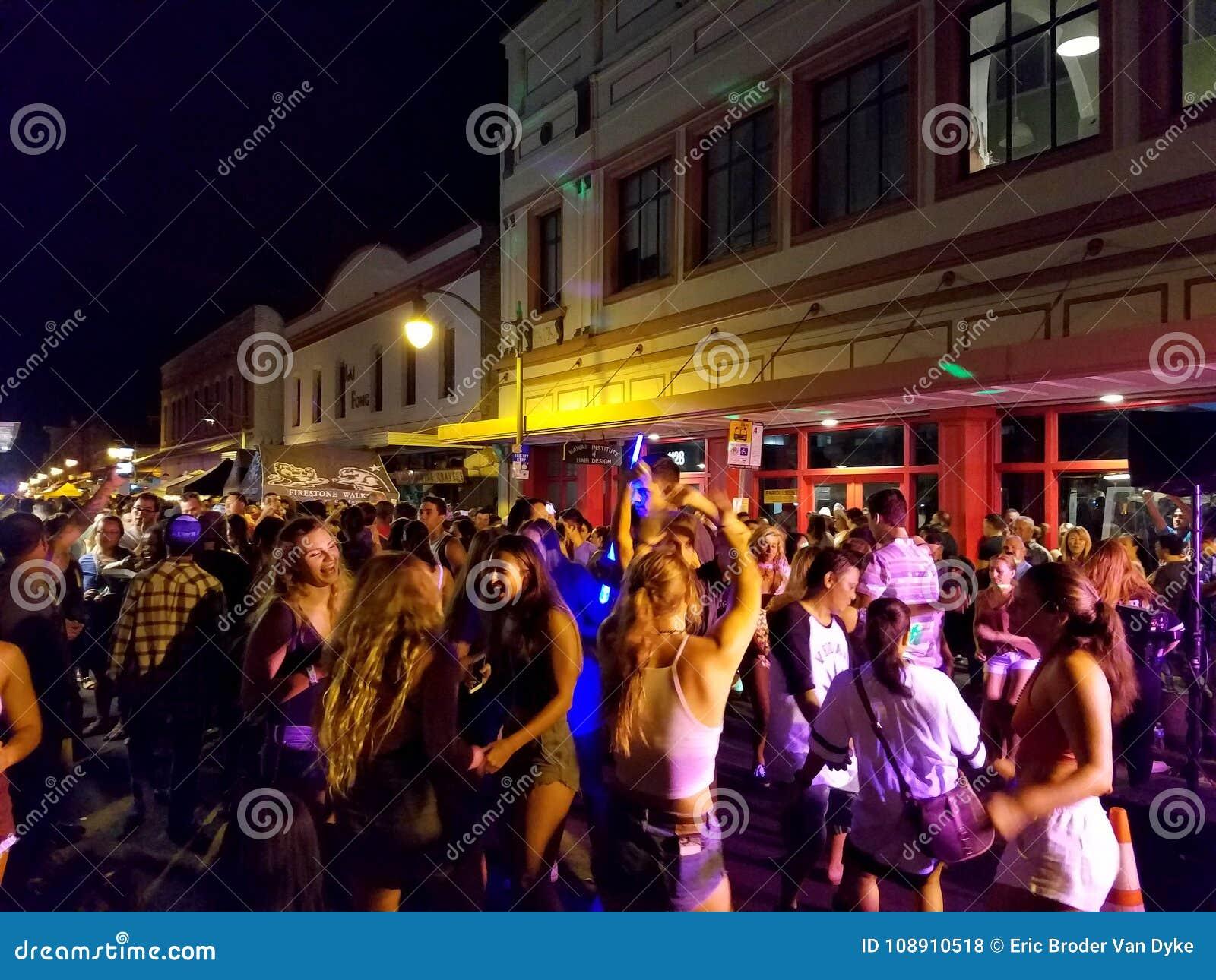 Folket hänger ut och festar i gatan i kineskvarter