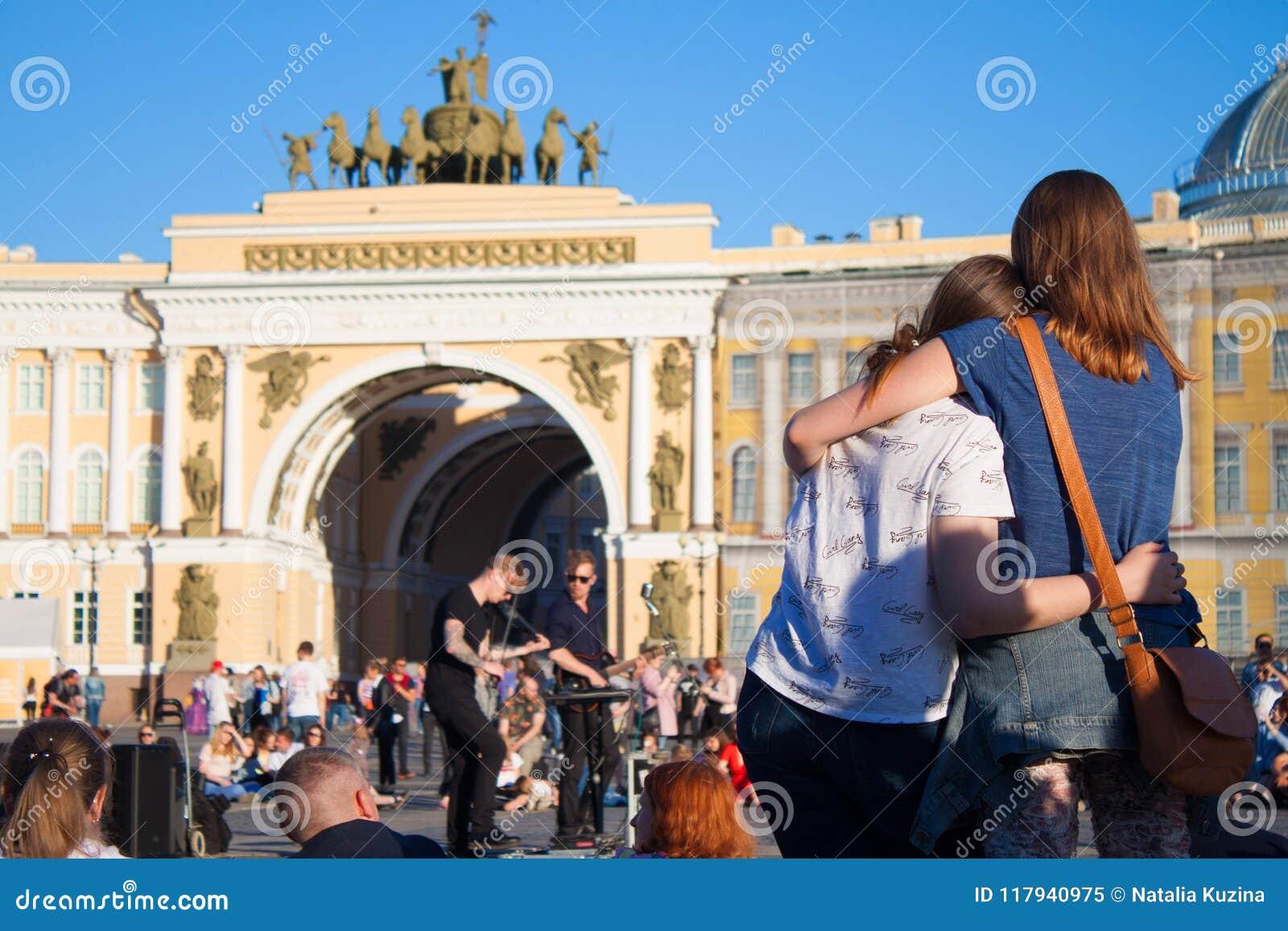 Folket håller ögonen på en kapacitet av gatamusiker på centrumPA