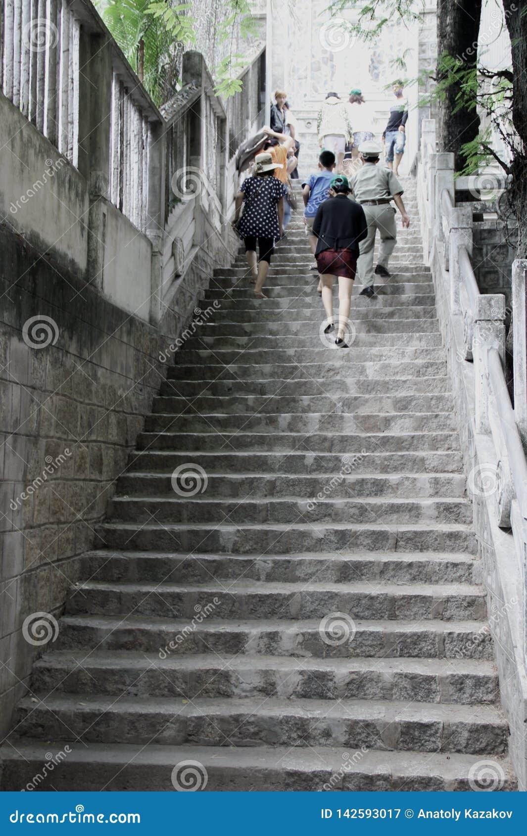 Folket klättrar den gamla trappan