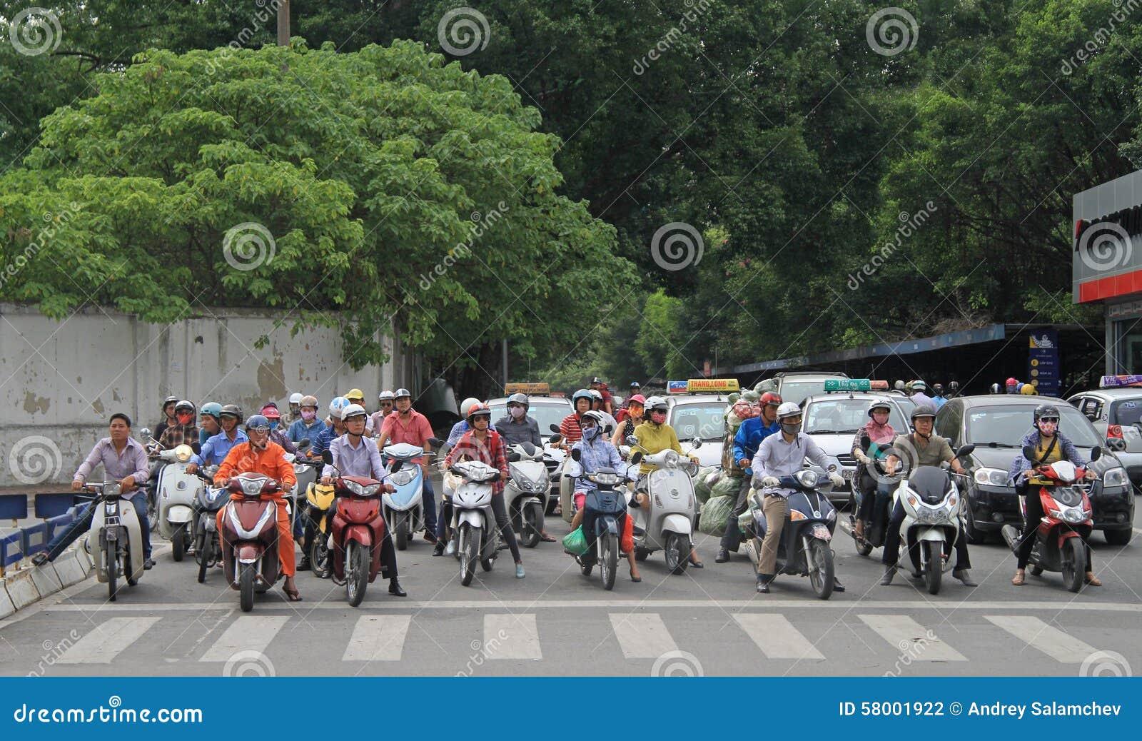 Folket på tvärgata väntar den gröna signalen