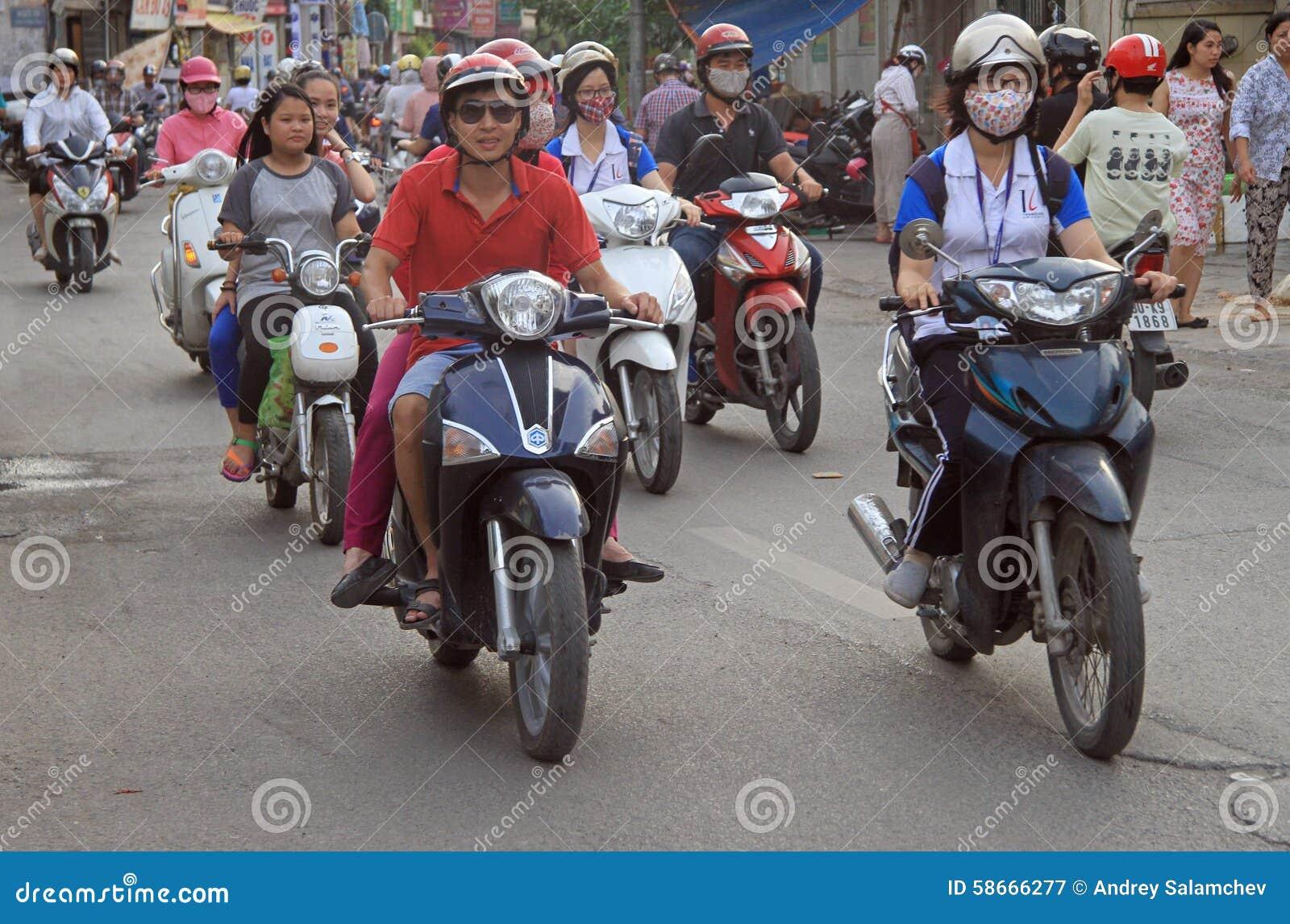 Folket rider på motorcyklar i Hanoi, Vietnam