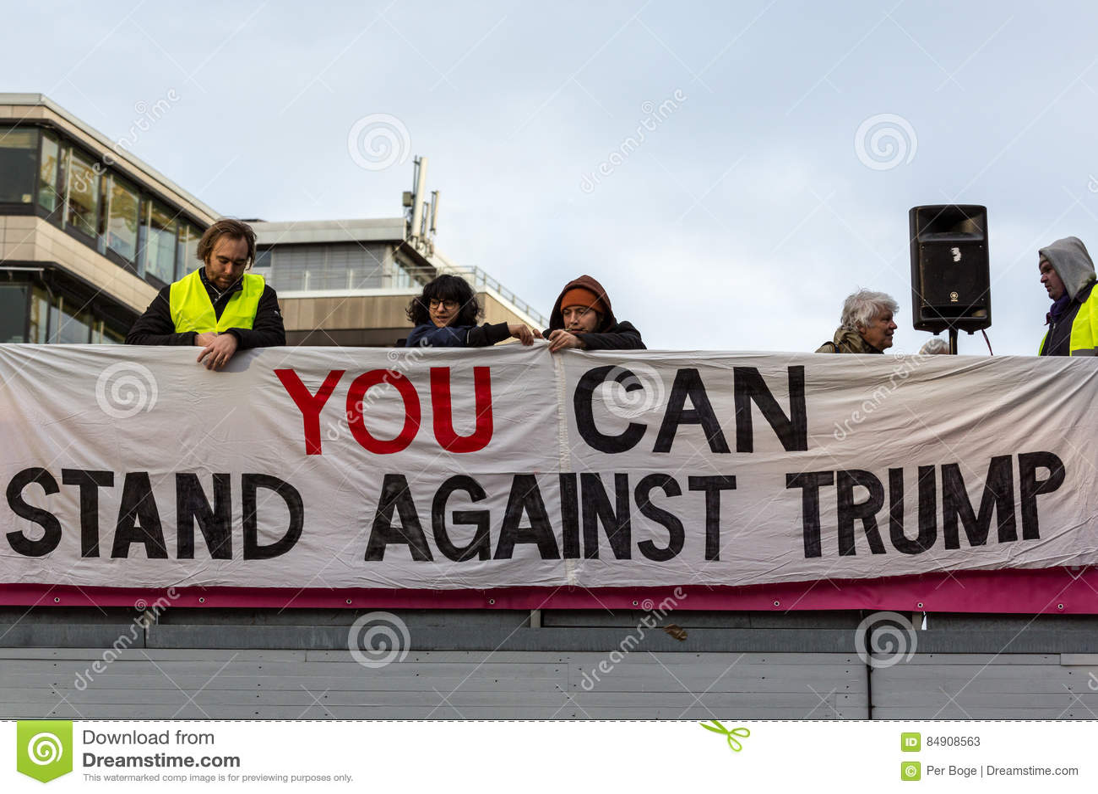 Folket satte upp det anti-Donald Trump banret