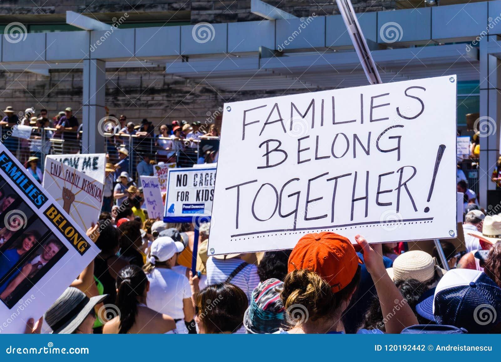 Folket som samlas av Sanen Jose City Hall för `-familjerna, hör hemma framme ` samlar tillsammans