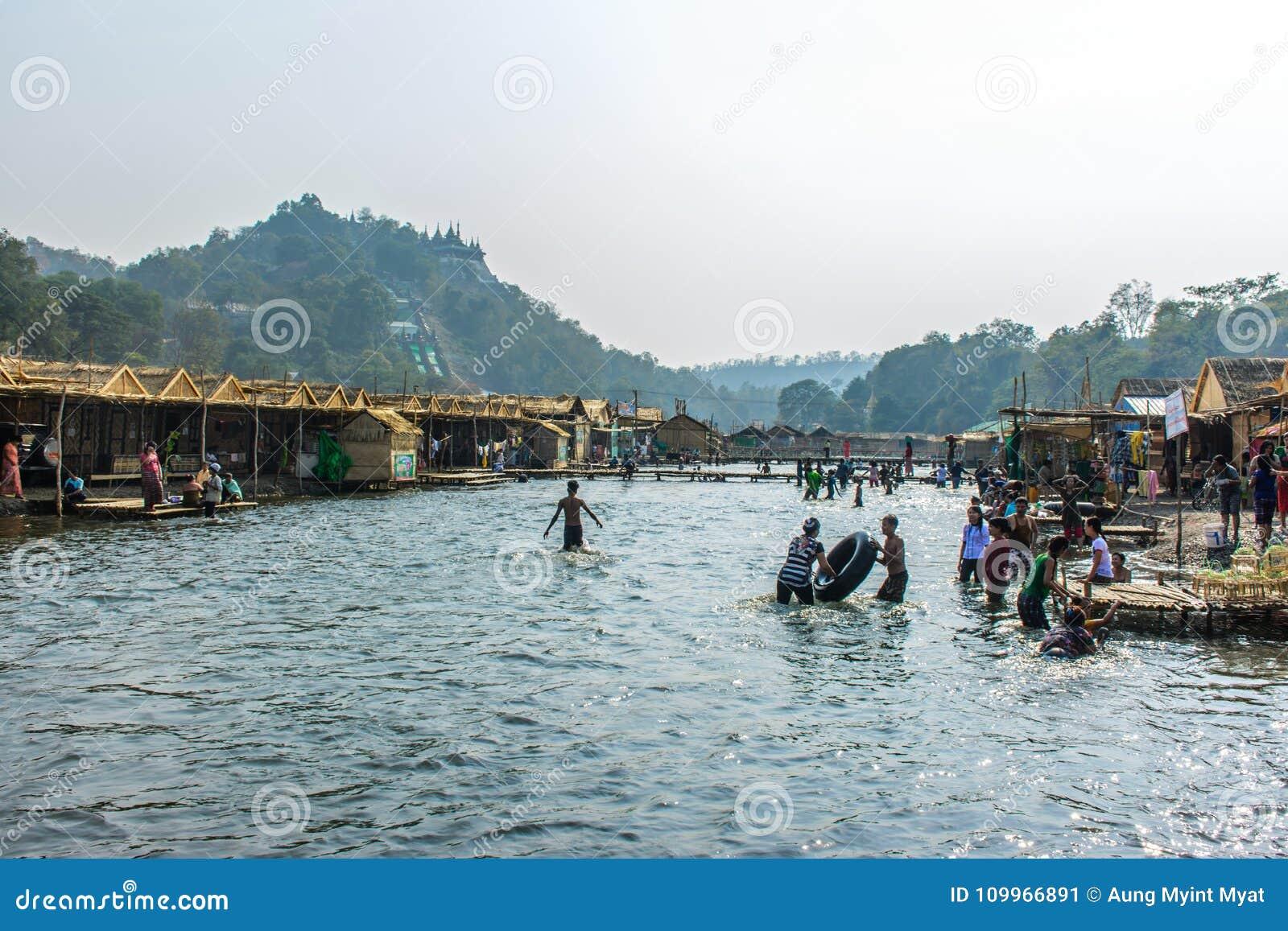 Folket spelar i vattnet, på festivalen för den Shwe uppsättningTaw pagoden, Myanmar, Feb-2018