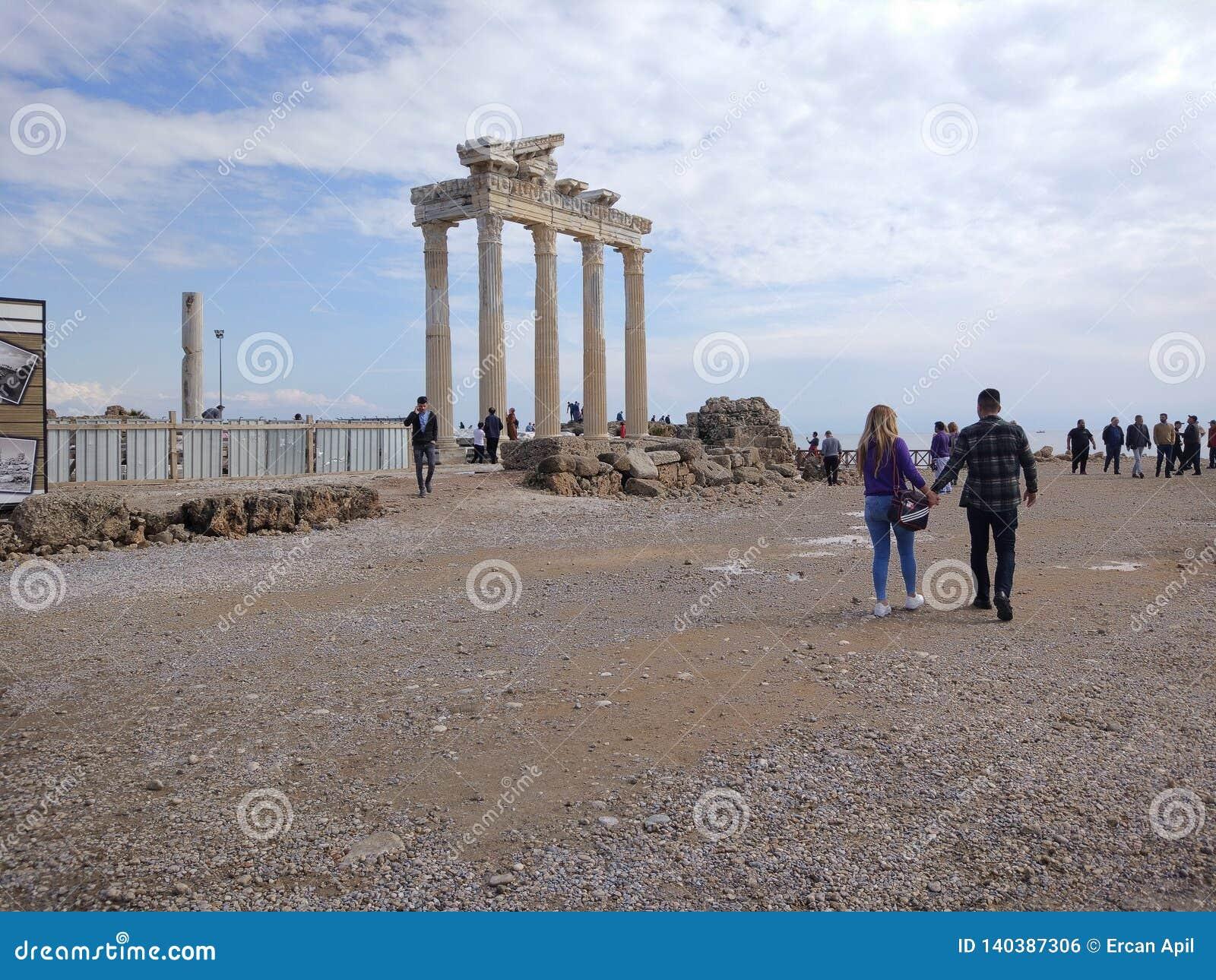 Folket tycker om att gå till och med den Antalya sidan på stranden i en solig dag
