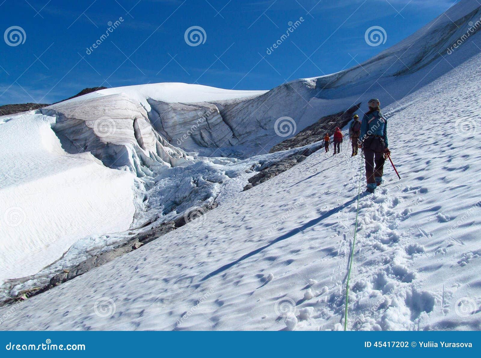 Folkklättrare som klättrar snötoppmötet, maxima för stenigt berg och glaciären i Norge
