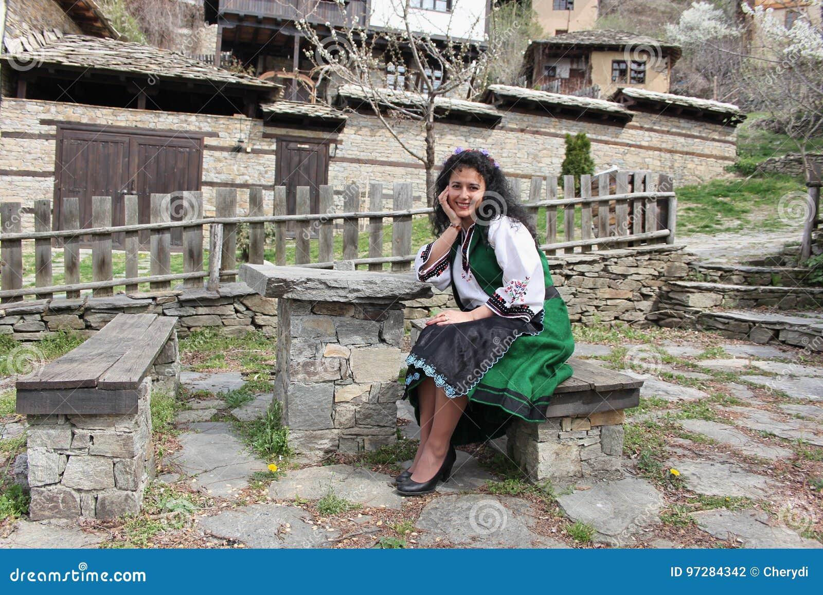 Une belle jeune femme dans le costume de folklore a tiré dans le vieux  village de Leshten, Bulgarie 535b93f8f51
