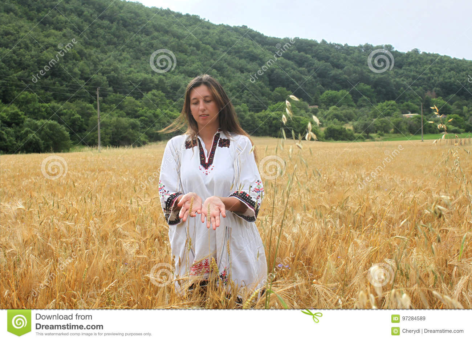La photo de plan rapproché d une belle jeune femme s est habillée dans le costume  bulgare de folklore d82f9fe3555