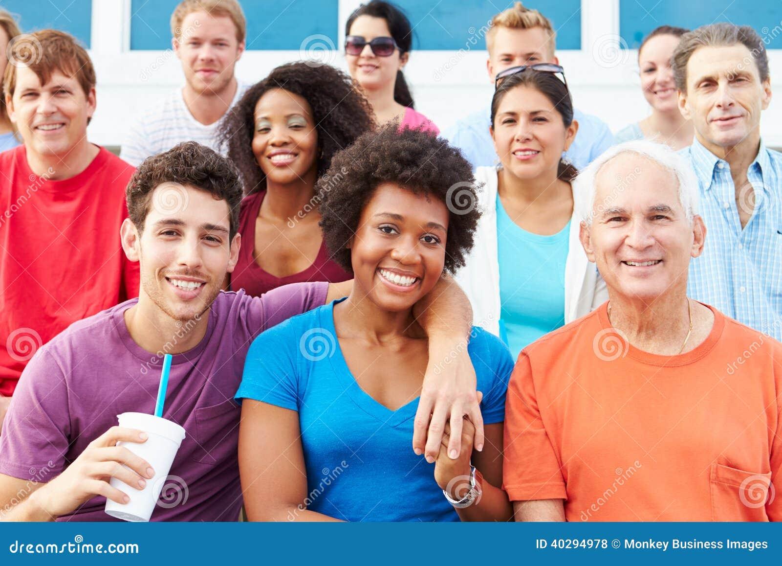 Folkmassa av åskådare som håller ögonen på händelse för utomhus- sportar