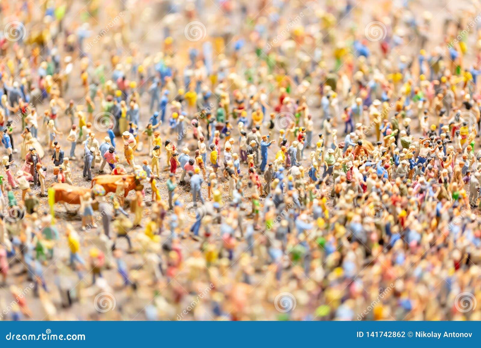 Folkmassa av miniatyrfolk isolerade den täta hörlurarbilden för black slapp övre white för mikrofonblock mycket folk