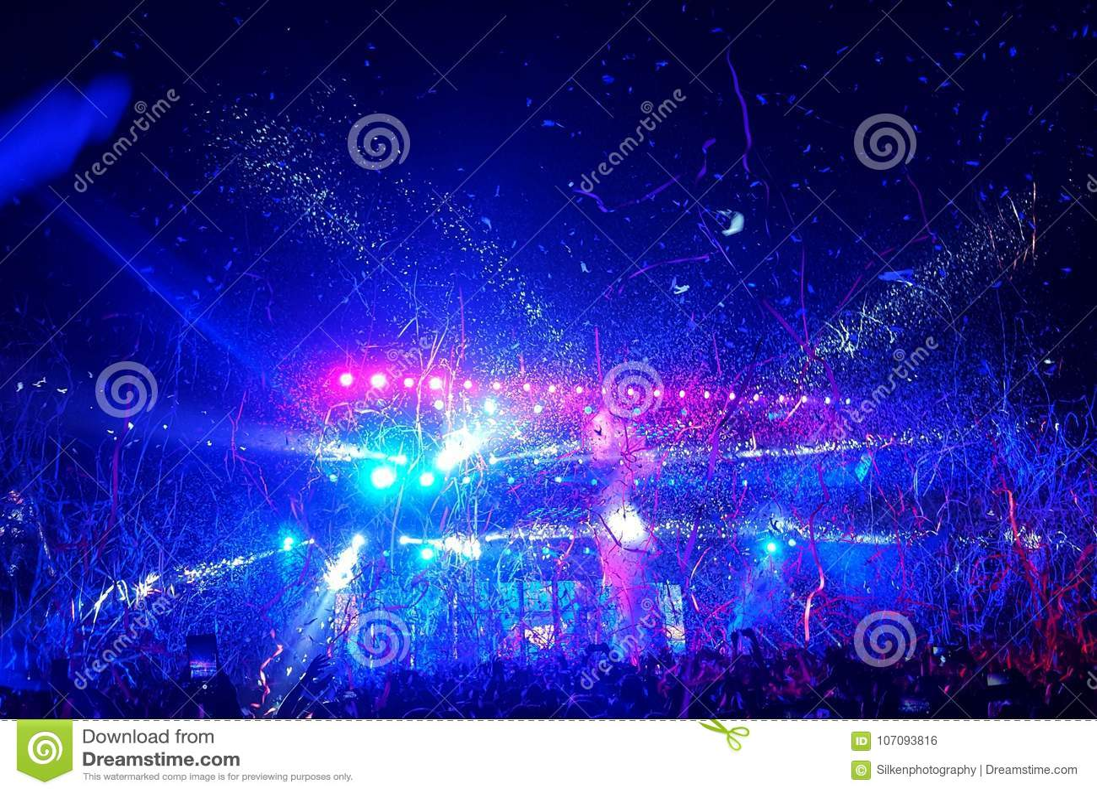 Folkmassan av folk på en pop vaggar musikkonsert