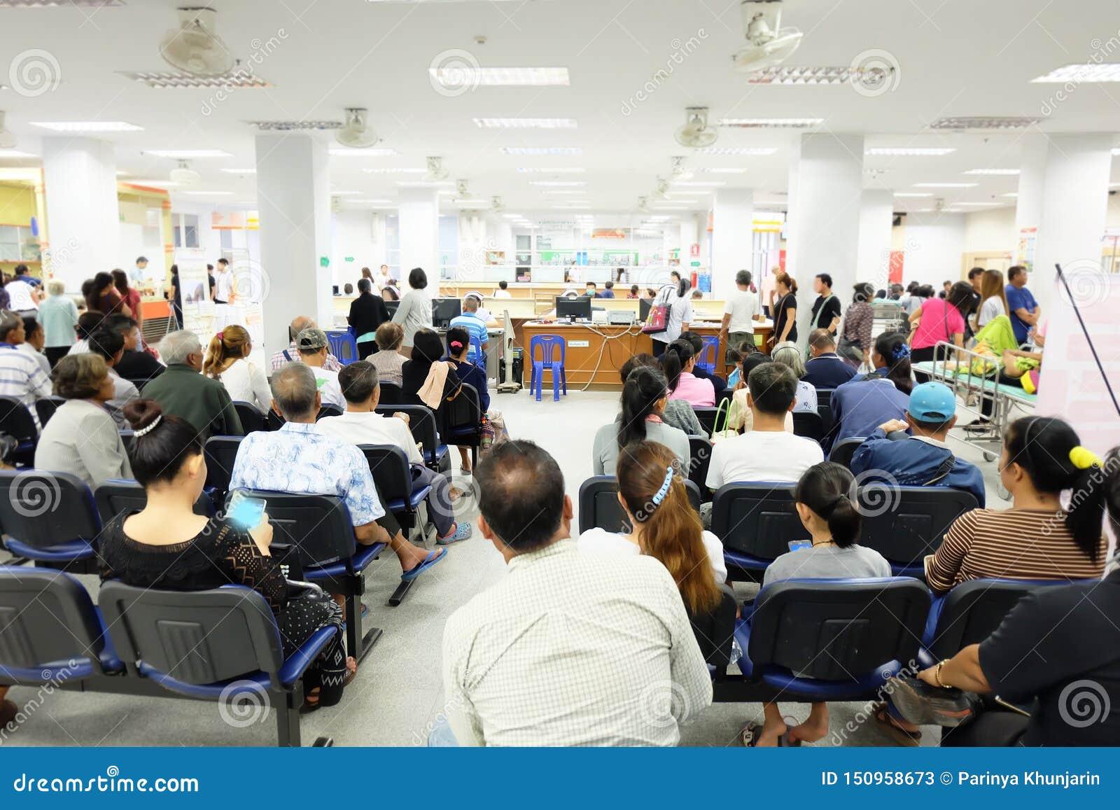 Folkmassan väntar i det asiatiska sjukhuset