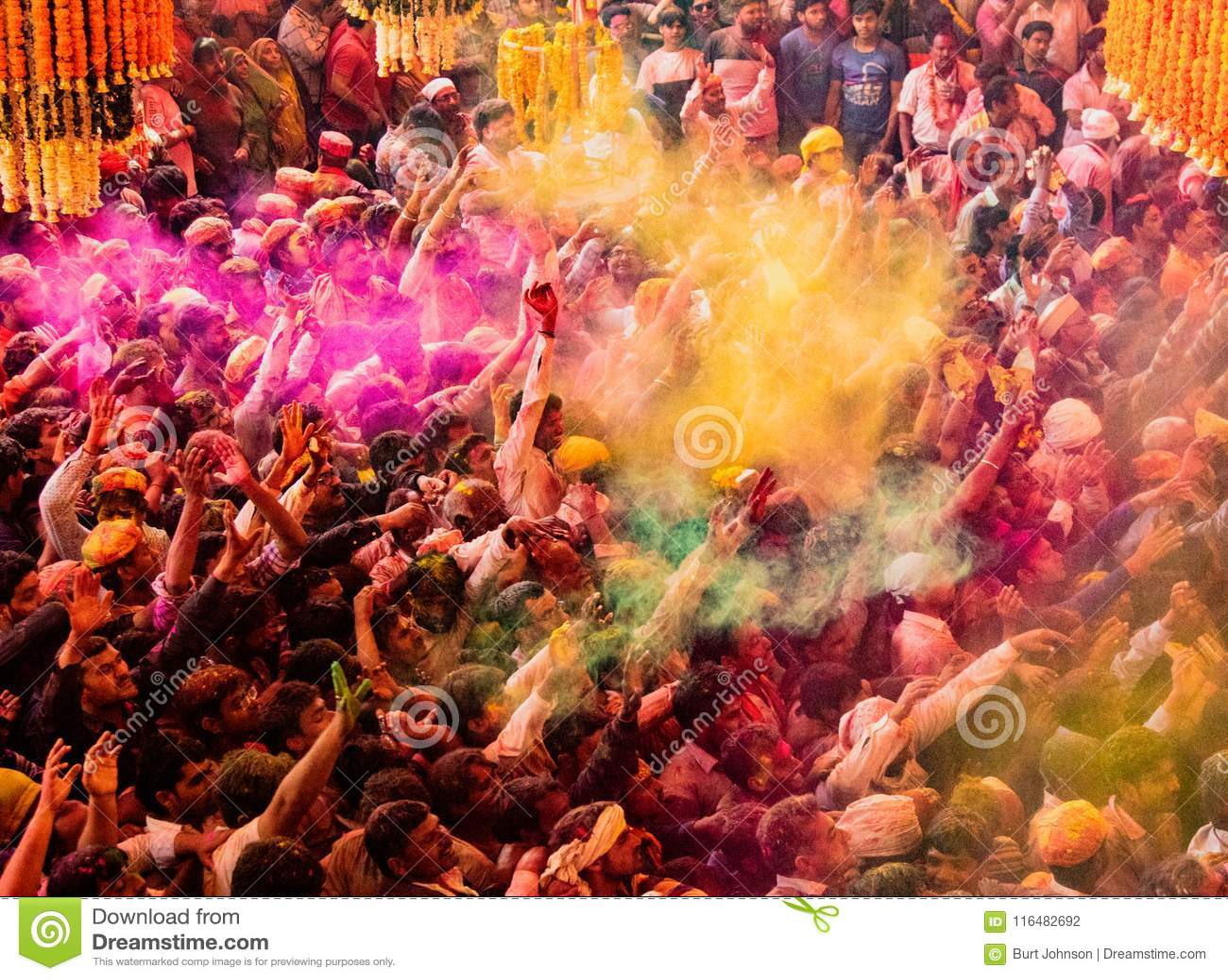 Folkmassor kan vara den sedda nedanför duirngHoli festivalen i Indien som kastar