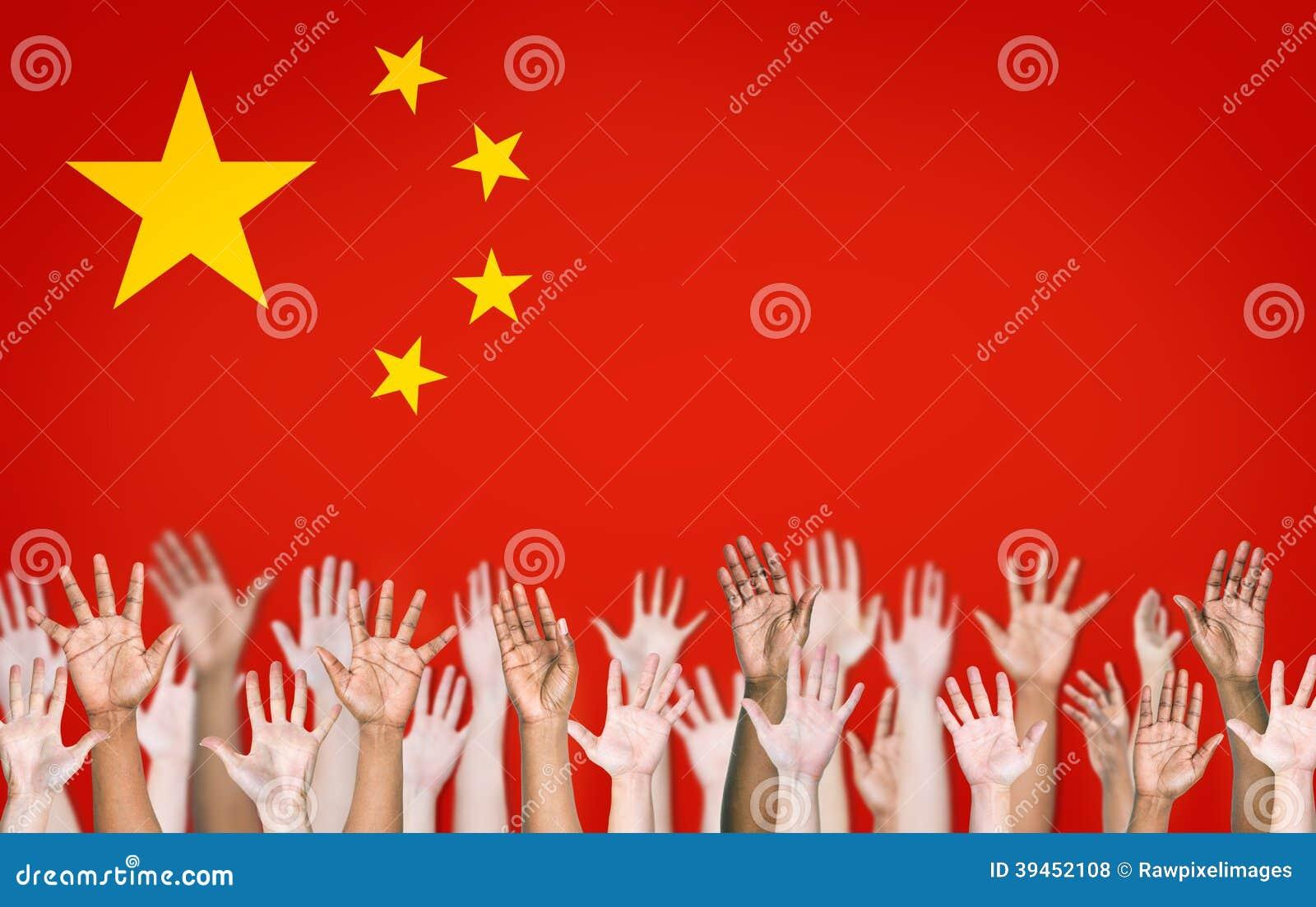 Folks händer som lyfts med den kinesiska flaggan