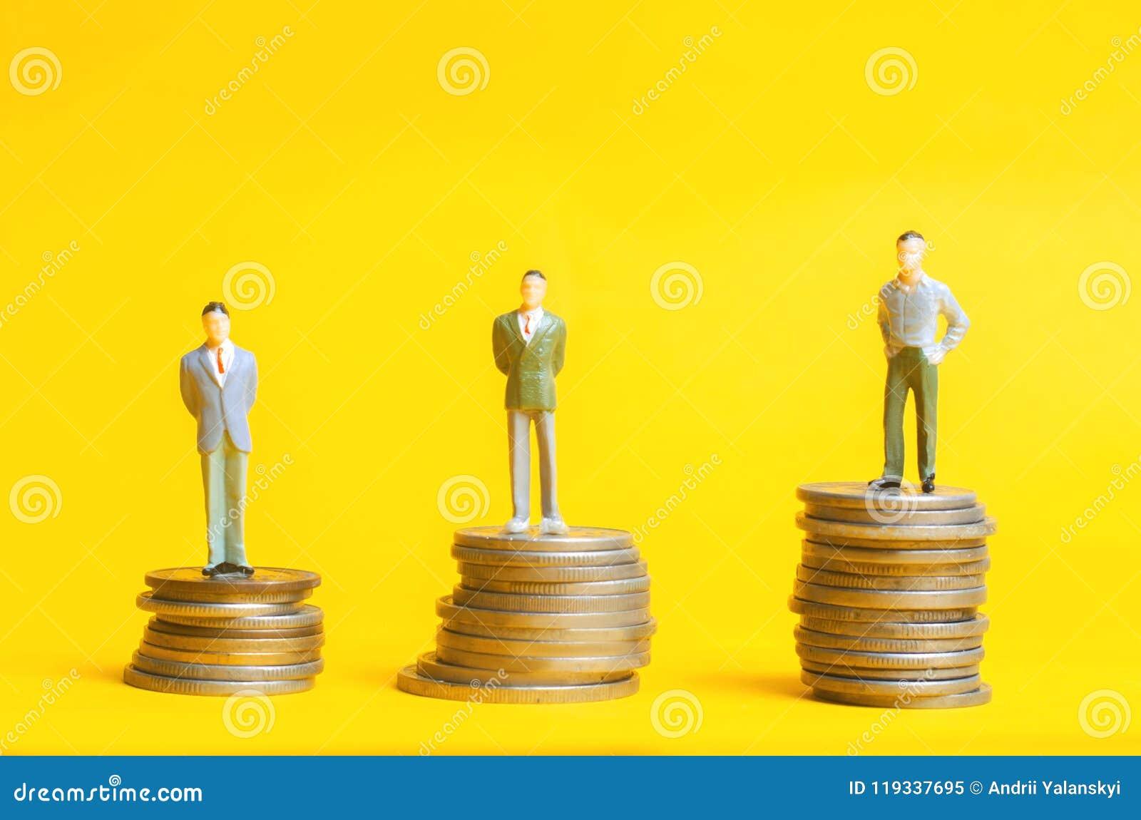 Folkställning på kolonner av mynt Begreppet av karriärtillväxt, hastigheten av insättningen Kundlojalitetprogram Affärstillväxt,