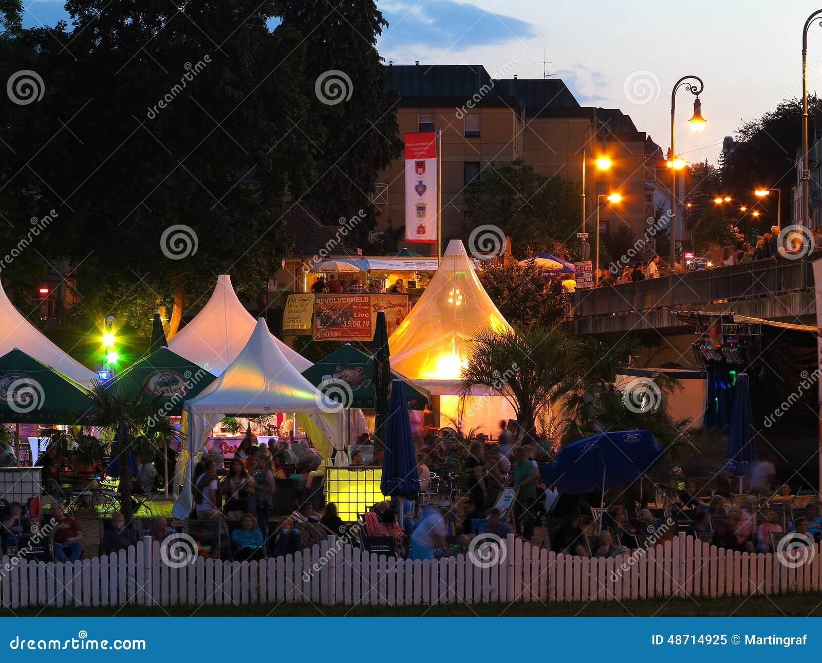 Folla al festival di notte di estate