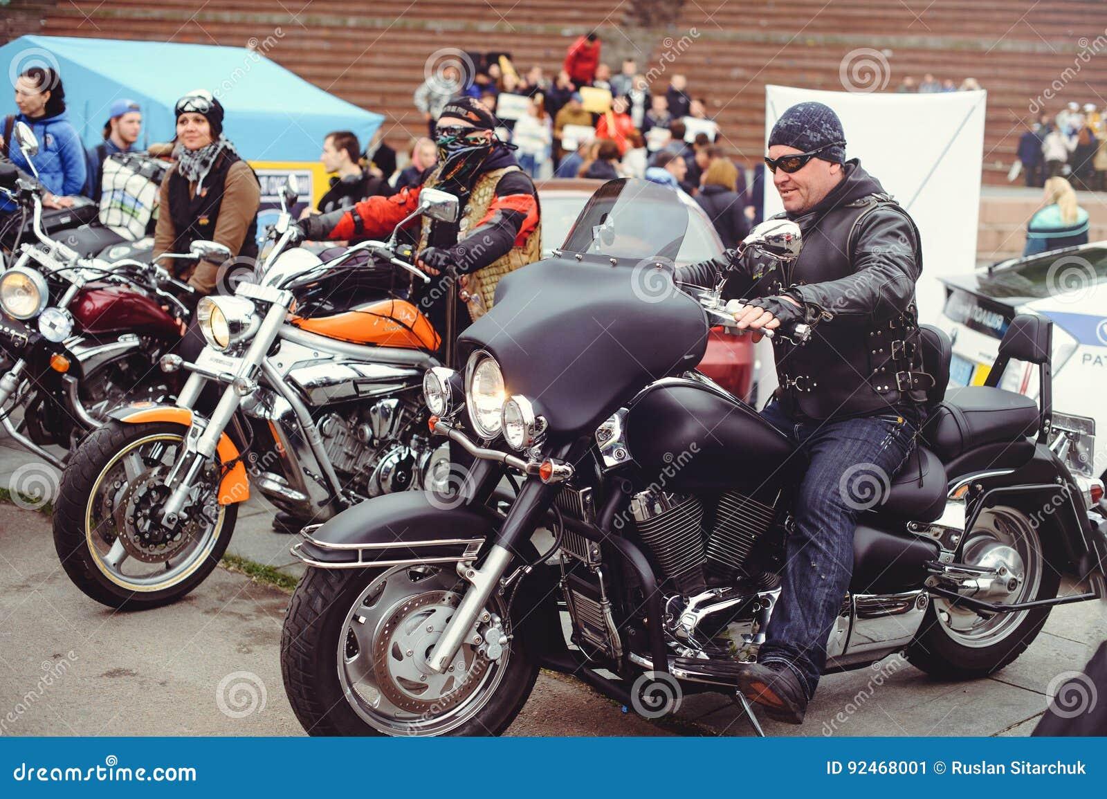 Folla dei motociclisti nella città