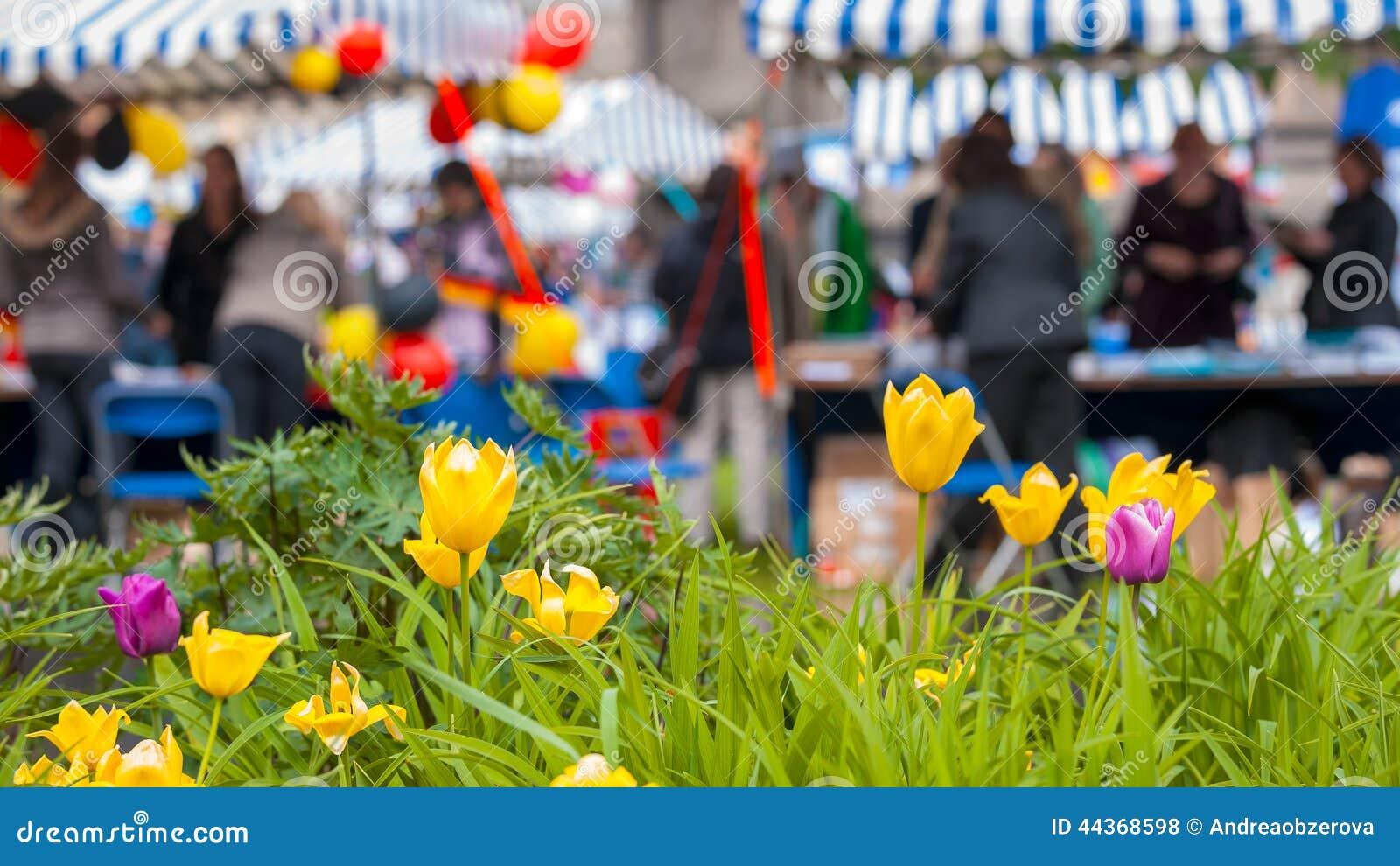 Folla della gente con i tulipani nella priorità alta