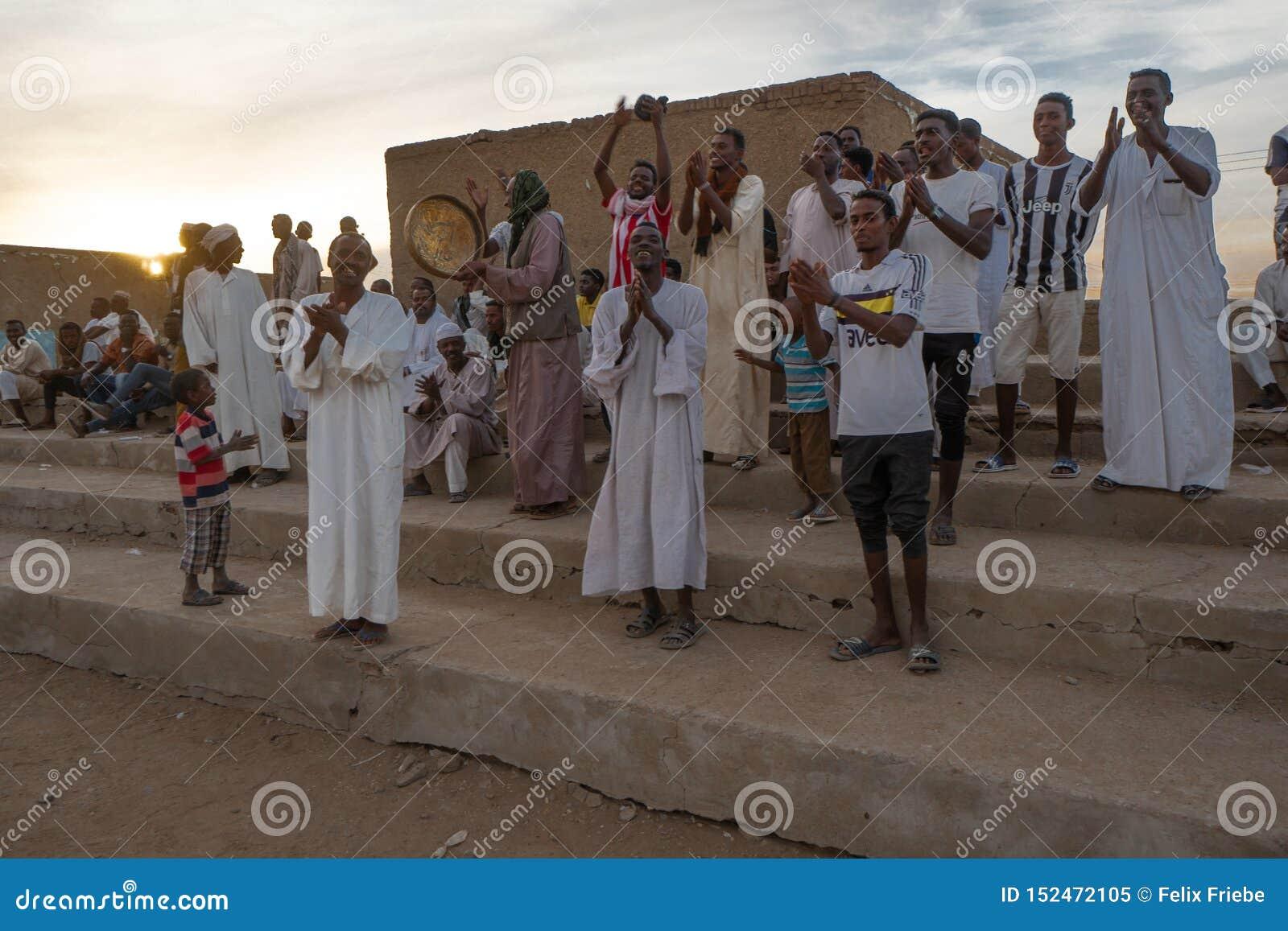 Folla incoraggiante ad una partita di calcio in Abri, Sudan - novembre 2018