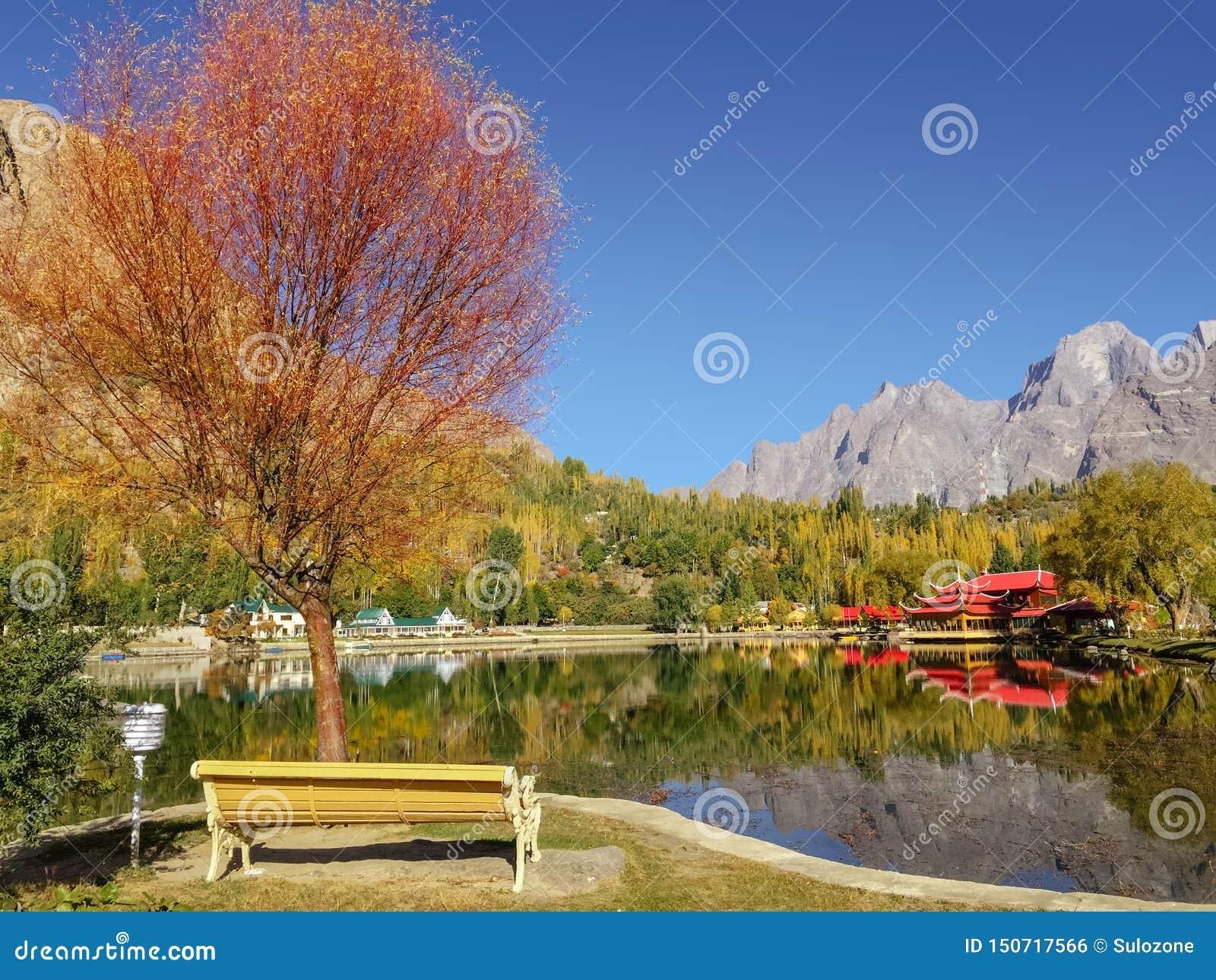 Follaje colorido en otoño en el lago Kachura, Skardu Gilgit baltistan, Paquist?n
