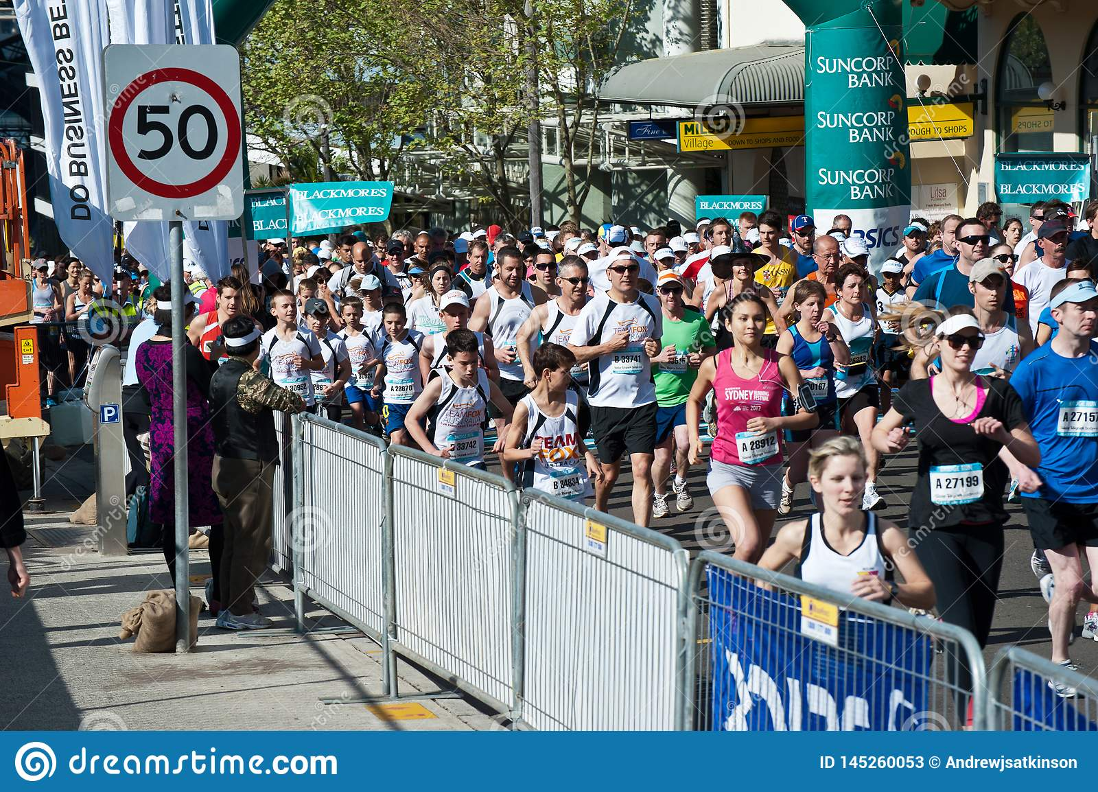 Folle che corrono sulla strada tramite le vie di Sydney per un funzionamento di divertimento