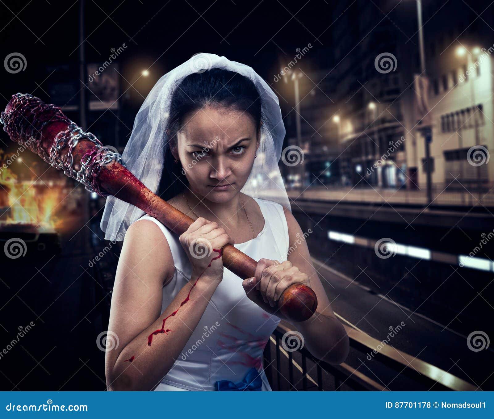 Folle de jeune mariée avec la batte de baseball ensanglantée
