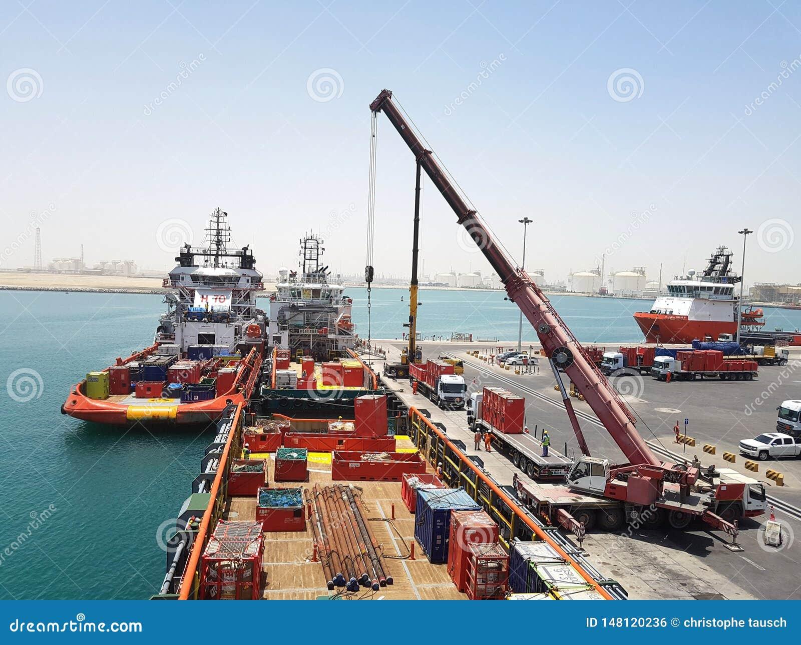 Fonctionnement ? bord actuel de navire d approvisionnement d op?rations de cargaison pour les plates-formes en mer Huile et indus