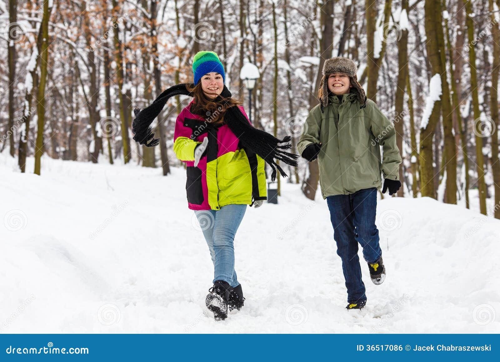 Fonctionnement d adolescent et de fille extérieur en parc d hiver