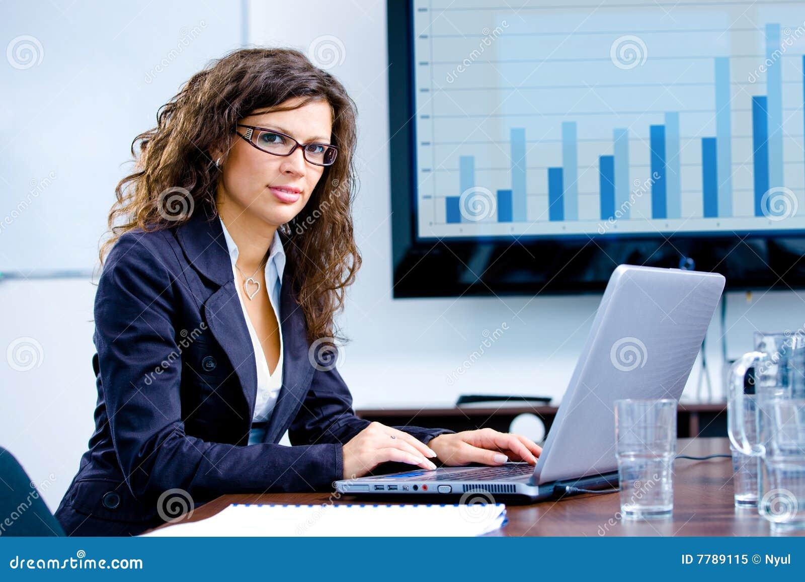 Fonctionnement d ordinateur de femme d affaires