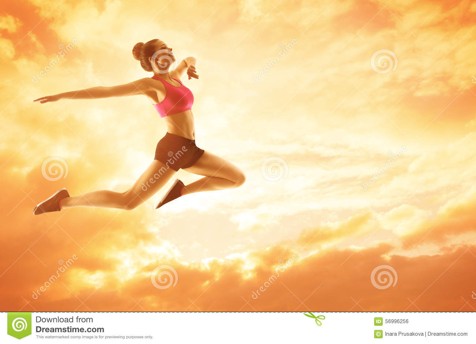 Fonctionnement de femme de sport, athlète Girl Jump, concept heureux de forme physique