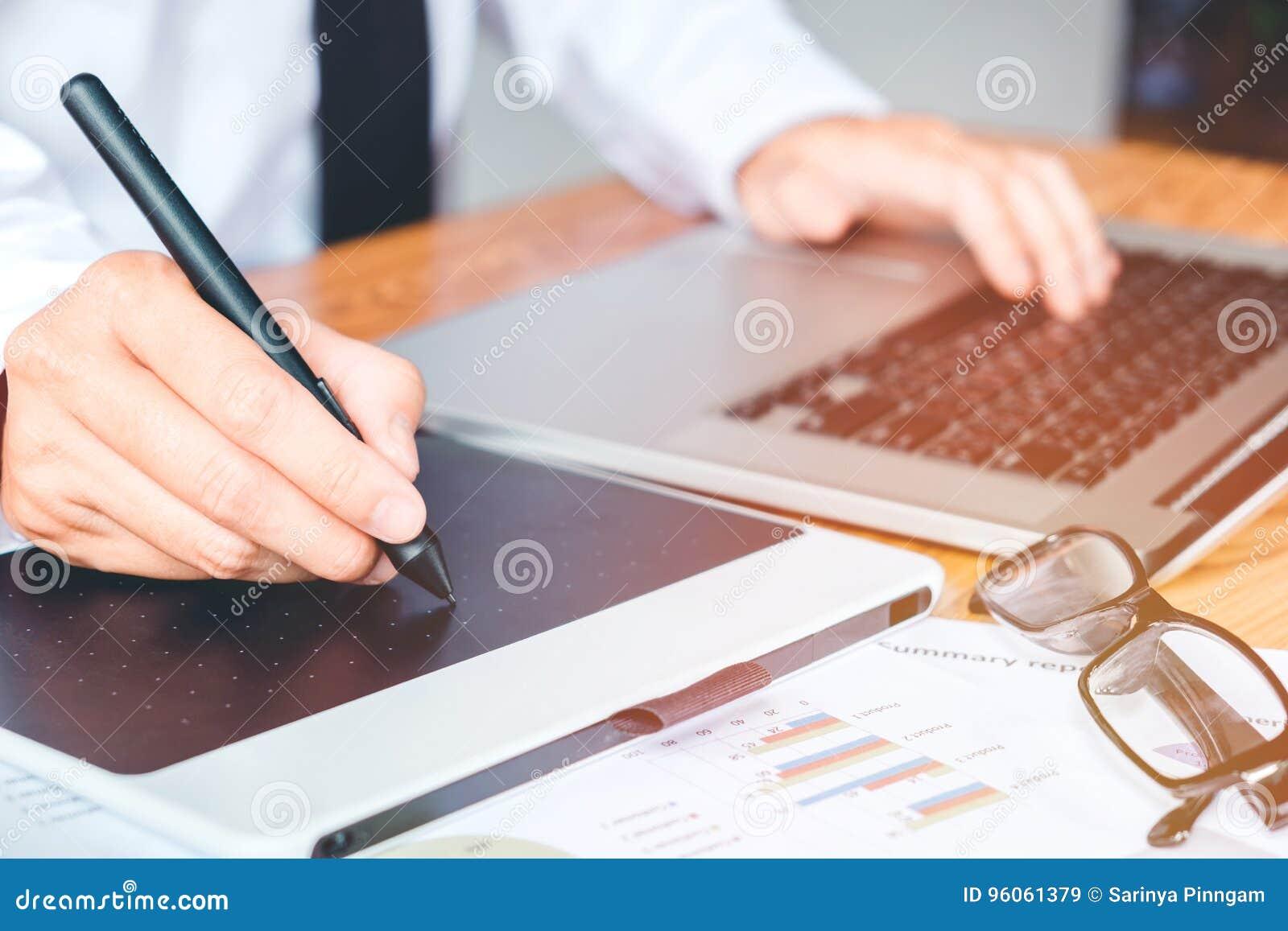 Fonctionnement et écriture de concepteur sur le comprimé graphique tandis qu usi