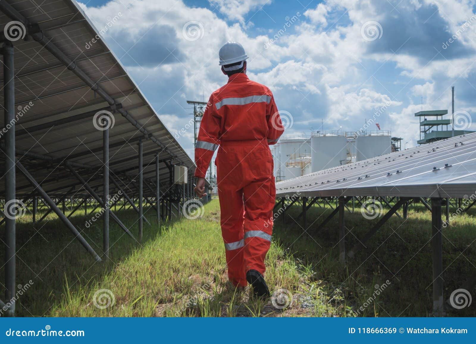 Fonctionnement et entretien dans la centrale solaire ; thé d ingénierie