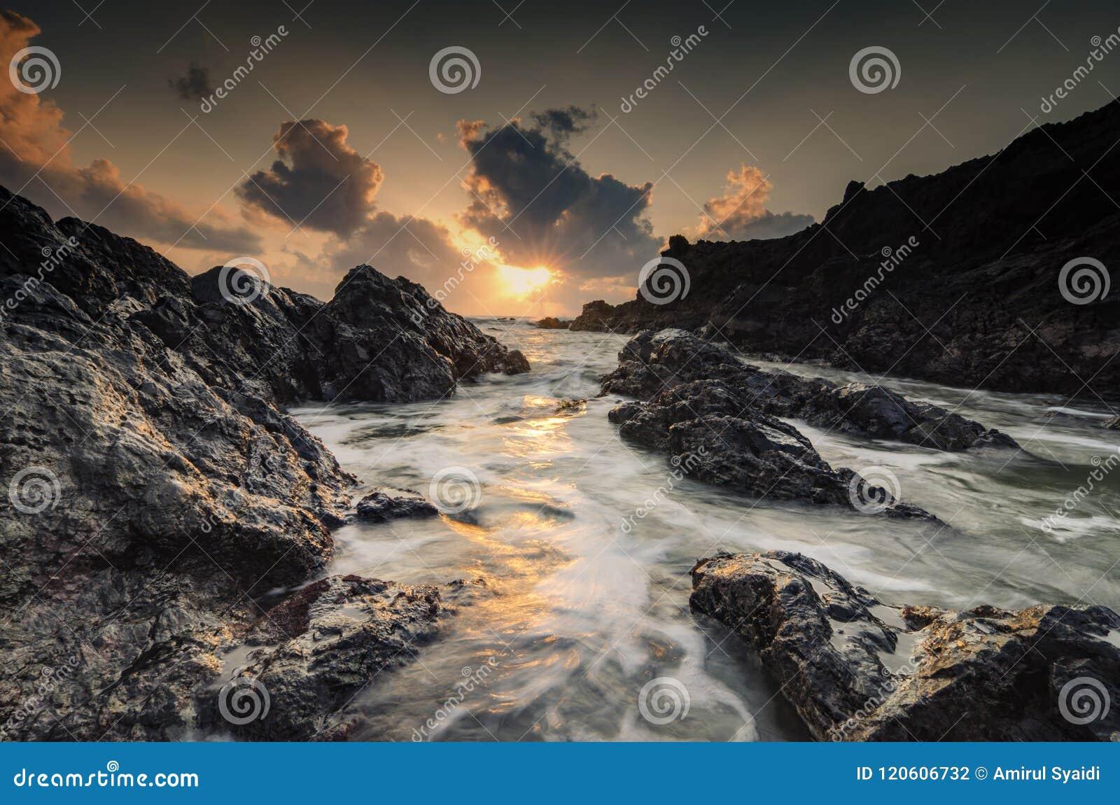 Fond étonnant de paysage marin de nature avec la belle couleur du sunri